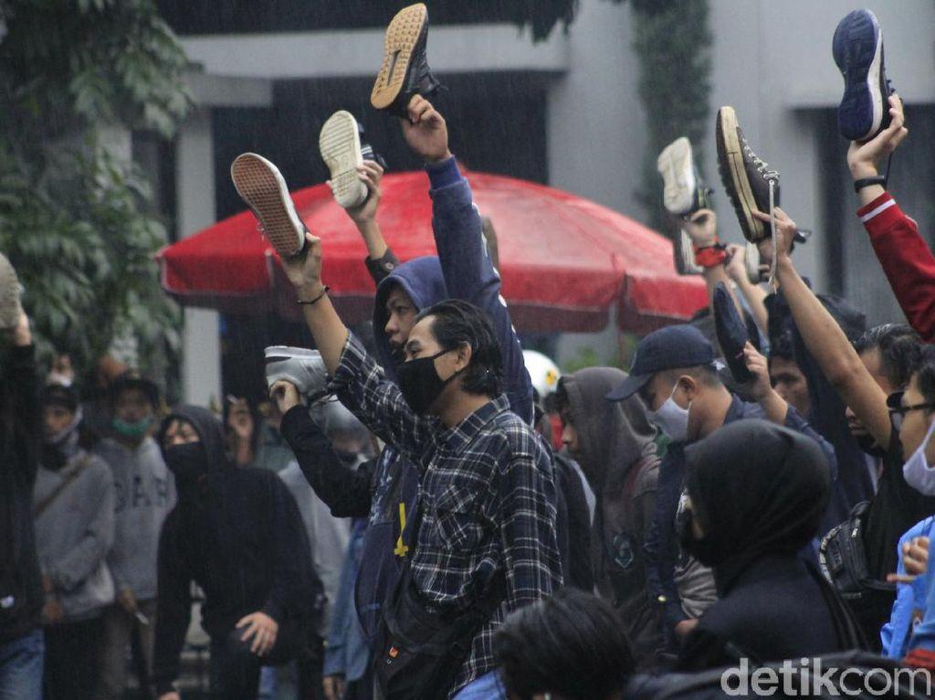 Angkat Sepatu Kiri, Mahasiswa di Bandung Desak Jokowi Keluarkan Perppu Omnibus Law