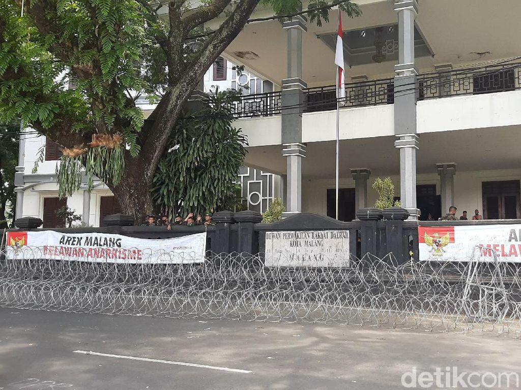 DPRD dan Balai Kota Malang Dipasang Kawat Berduri Jelang Demo