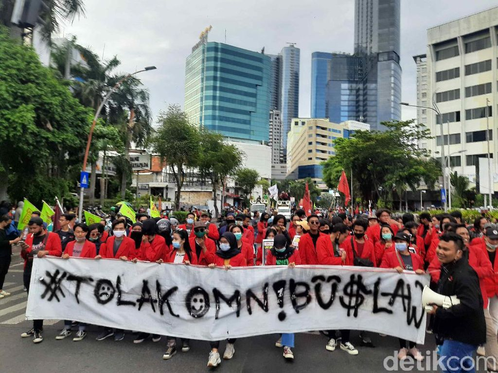 Massa Demo Omnibus Law di Surabaya Disambut Polisi Bagi Masker