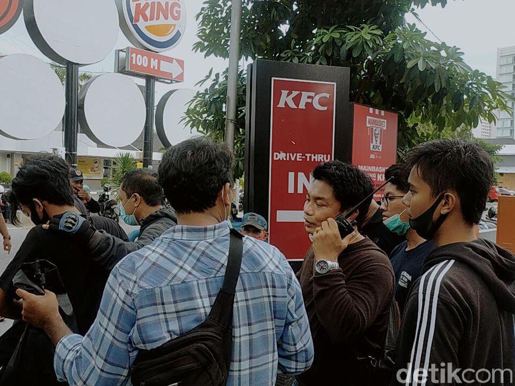 5 Orang Diamankan Saat Massa Tolak Omnibus Law di Surabaya Long March