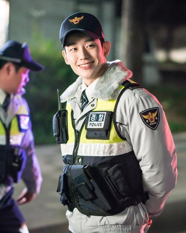 Drama Korea While You Were Sleeping yang dibintangi oleh Jung Hae-in.