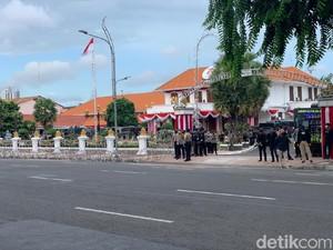 Jelang Demo Omnibus Law, Ini Penampakan Pengamanan Gedung Grahadi