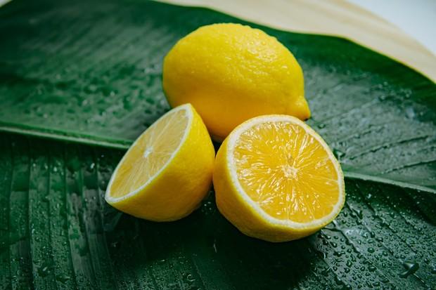 Kandunganastringentdan antibakteri pada lemon dapat mengelupas sel kulit mati, mencegah penyumbatan pori-pori, serta membantu mengurangi peradangan dan beruntusan.