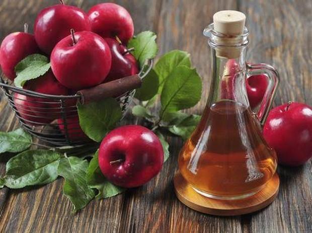 Cuka apel bersifat antimikroba dan antibakteri yang dapat membantu mengurangi peradangan serta mengatasi bruntusan di jidat.