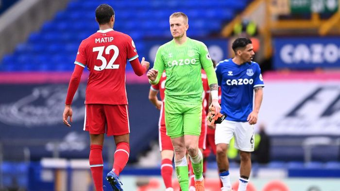 LIVERPOOL, ENGLAND - OCTOBER 17: Joel Matip of Liverpool and Jordan Pickford of Everton interact following the Premier League match between Everton and Liverpool at Goodison Park on October 17, 2020 in Liverpool, England. Sporting stadiums around the UK remain under strict restrictions due to the Coronavirus Pandemic as Government social distancing laws prohibit fans inside venues resulting in games being played behind closed doors. (Photo by Peter Byrne - Pool/Getty Images)