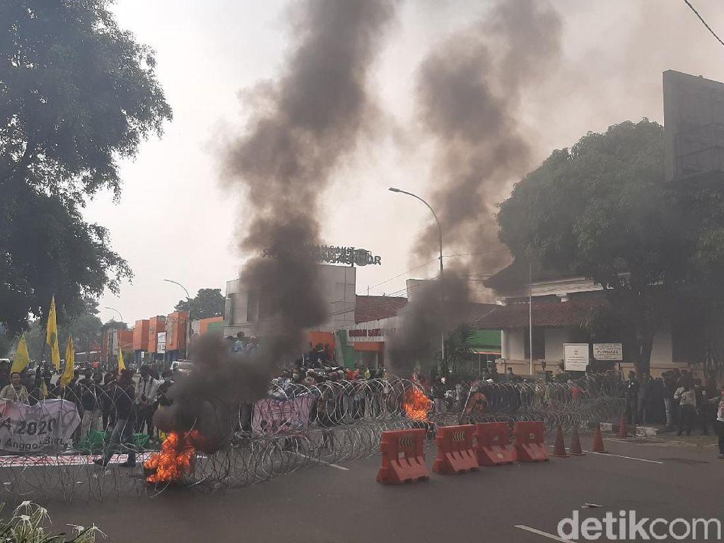 Setahun Jokowi, Demonstran Bakar Ban-Bawa Keranda di Istana Bogor