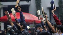Mahasiswa di Bandung Ramai-ramai Angkat Sepatu