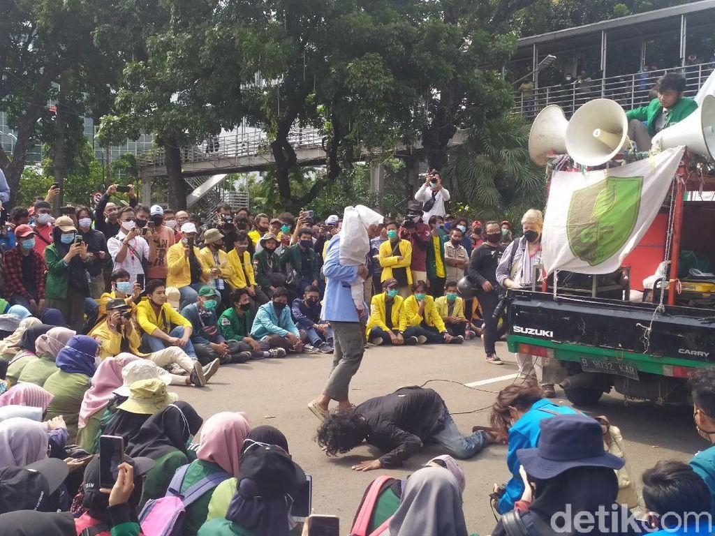 Demo di Patung Kuda, Massa Mahasiswa Gelar Aksi Teatrikal