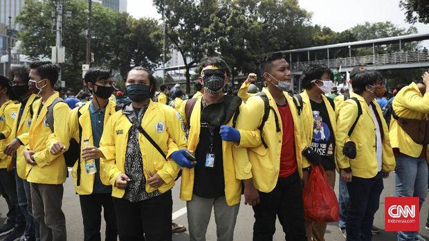 Massa yang tergabung dalam BEM SI melakukan aksi unjuk rasa menolak omnibus law di kawasan Medan Merdeka Barat, Jakarta, Selasa, 20 Oktober 2020. CNN Indonesia/Bisma Septalisma