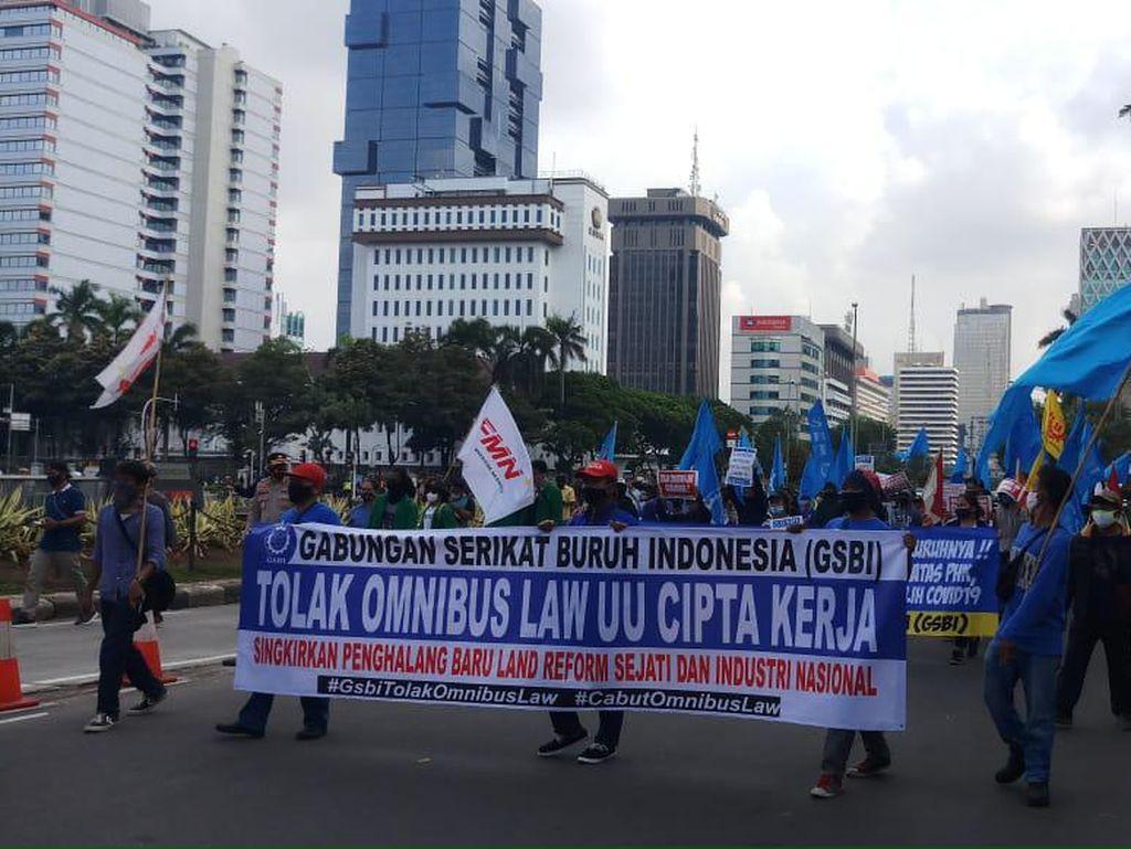Massa Buruh Gabung dengan Mahasiswa di Patung Kuda Monas