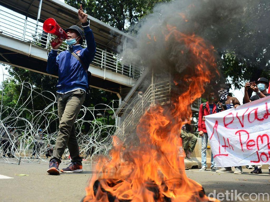 Massa Mahasiswa Bakar Ban di Patung Kuda