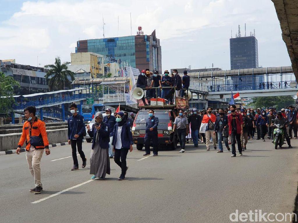Massa Mahasiswa Tiba di Perempatan Harmoni, Diarahkan ke Jalan Suryopranoto
