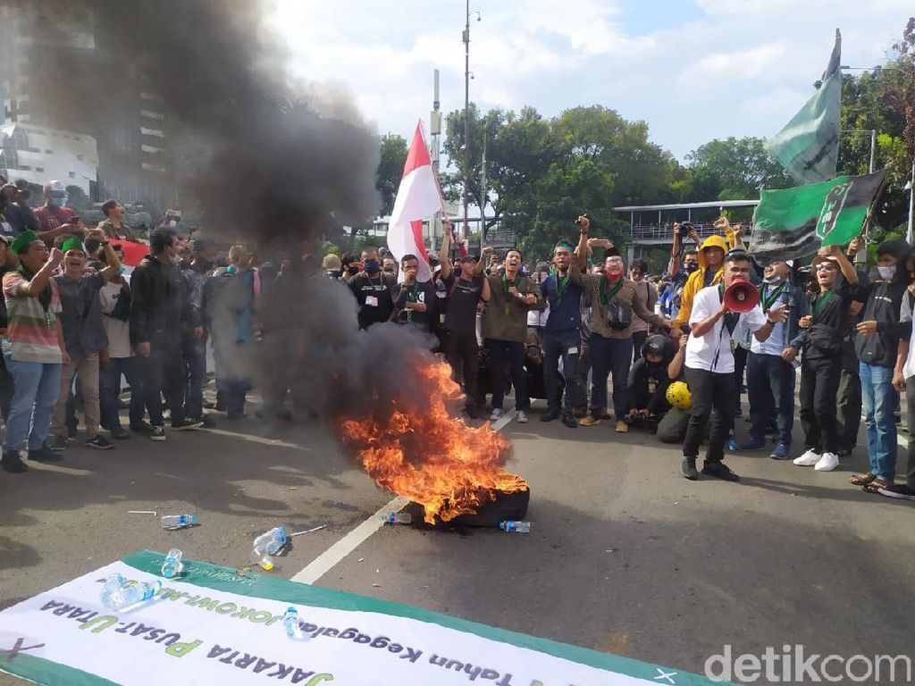 Massa Demo Omnibus Law Penuhi Patung Kuda, Bakar-bakar Ban