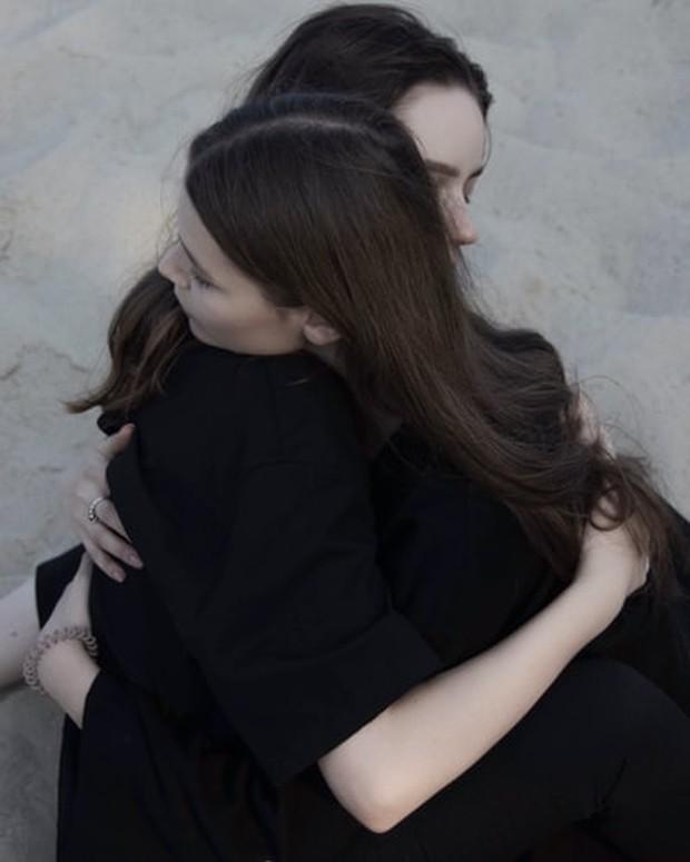 . Pelukan juga akan memberi tahu bahwa kita layak dicintai dan perasaan itula yang membuat kita merasa lebih baik.