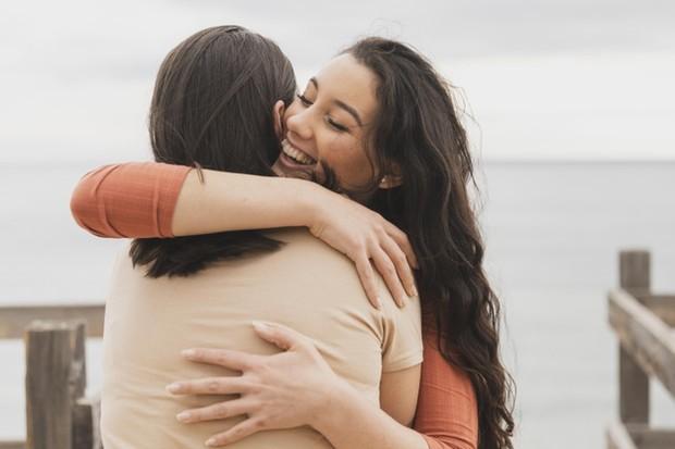 Oksitosin dikaitkan dengan kebahagiaan dan berkurangnya stres, ilmuwan menemukan bahwa hormon ini memiliki efek yang kuat pada wanita.