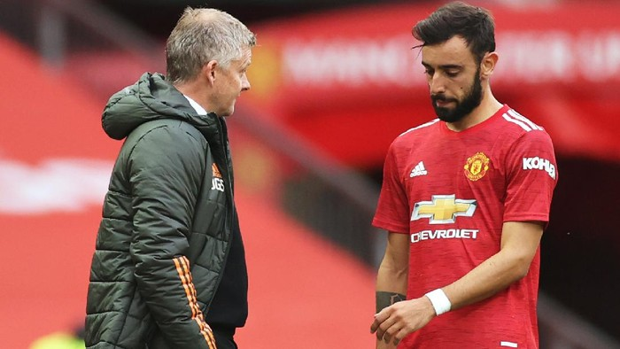 MANCHESTER, ENGLAND - OCTOBER 04: Ole Gunnar Solskjaer, Manager of Manchester United speaks with Bruno Fernandes of Manchester United during the Premier League match between Manchester United and Tottenham Hotspur at Old Trafford on October 04, 2020 in Manchester, England. Sporting stadiums around the UK remain under strict restrictions due to the Coronavirus Pandemic as Government social distancing laws prohibit fans inside venues resulting in games being played behind closed doors. (Photo by Carl Recine - Pool/Getty Images)