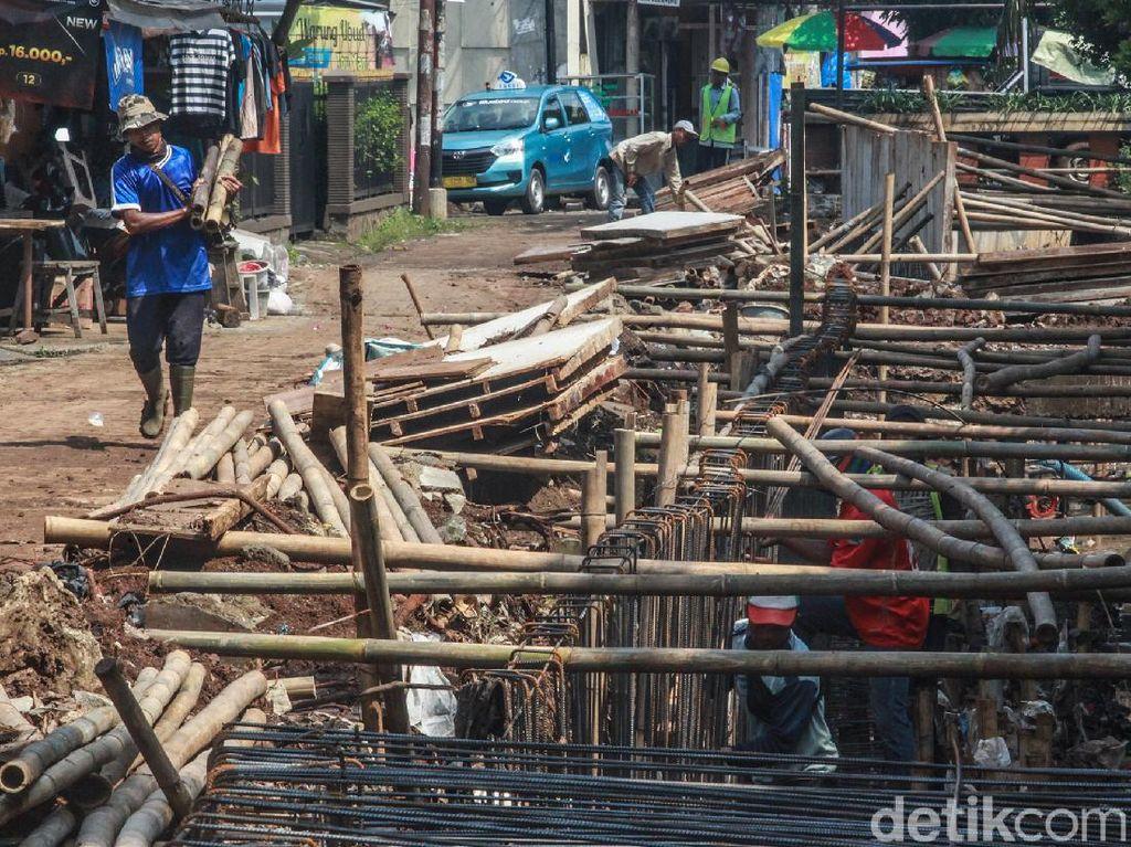 Foto: Begini Penurapan Anak Sungai Ciputat Timur