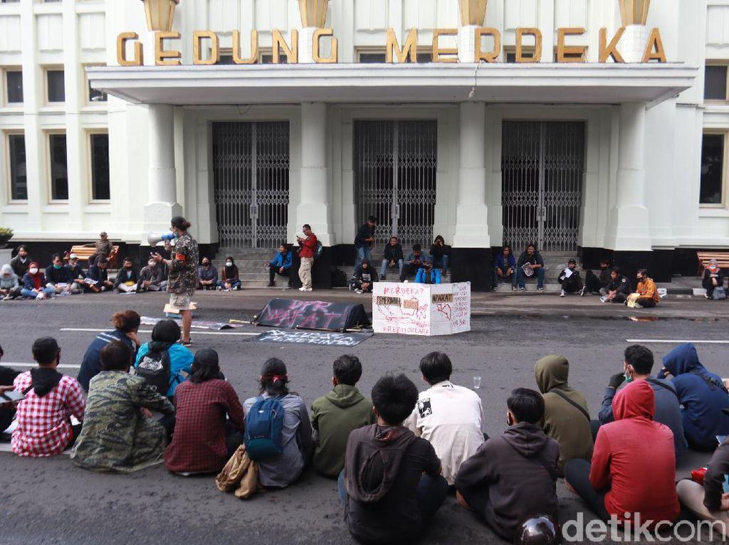 Tolak Omnibus Law, Ratusan Mahasiswa Demo di Gedung Merdeka Bandung