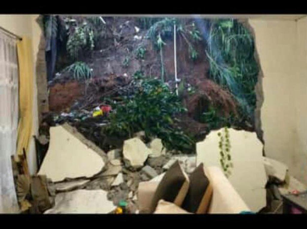 1 Rumah Rusak Diterjang Longsor di Bandung Barat