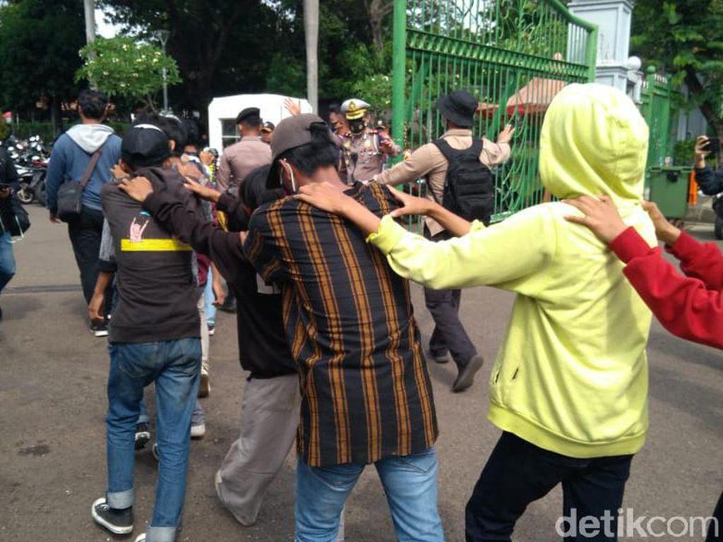 Polisi Amankan Sejumlah Remaja di Lokasi Demo Patung Kuda Monas