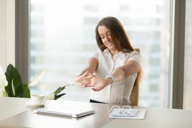 Microbreaks bisa dilakukan dengan menikmati minuman dan cemilan di sela pekerjaan, atau sekedar stretching dan berdiri selama beberapa menit.