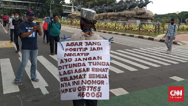 Suwono Keman (65) ikut terlibat dalam aksi satu tahun pemerintahan Jokowi-Ma'ruf di kawasan Jakarta Pusat, Selasa (20/10).