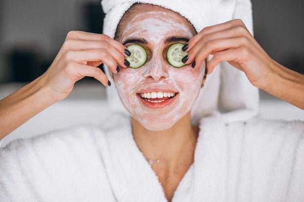 untuk menjaga kelembapan wajah, manjakan kulit dengan memakai masker wajah