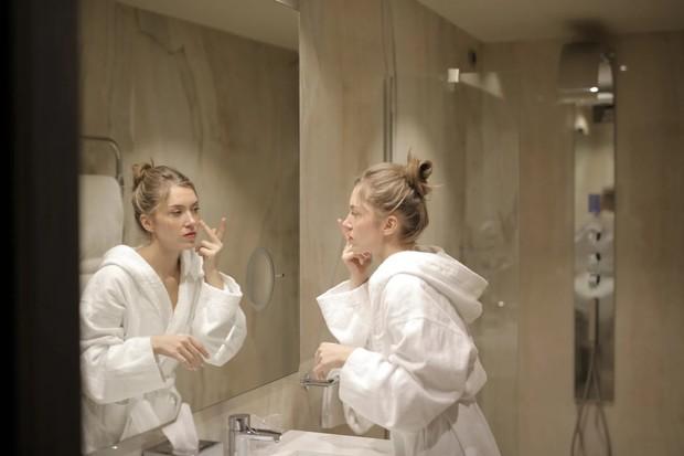 untuk menjaga kelembapan wajah, aplikasikan pelembap saat kulit masih basah