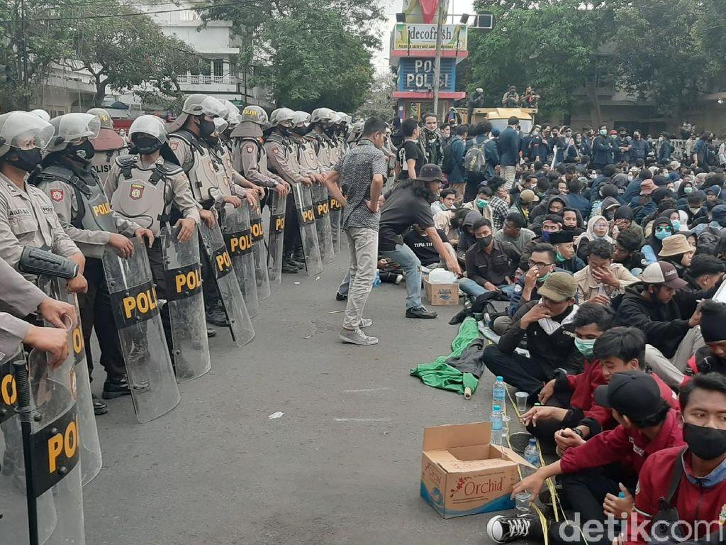 Buruh dan Mahasiswa di Malang Bersatu Tuntut Diterbitkan Perppu