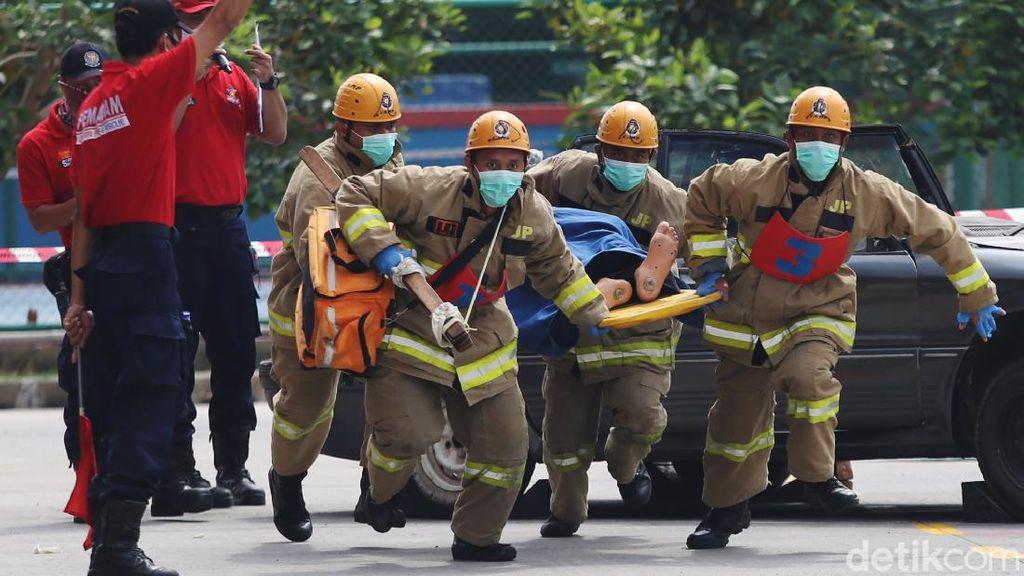 Foto Adu Tangkas Anggota Pemadam Kebakaran