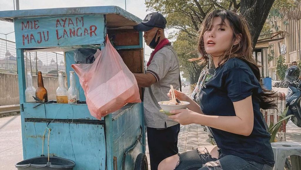 Angela Lee Doyan Makan di Kaki Lima, Cicip Mie Ayam sampai Soto