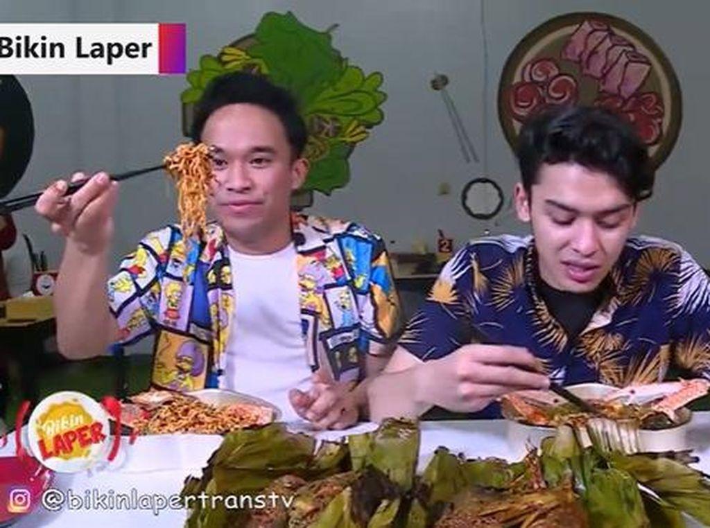 Bikin Laper! Cicip Ramen Kepiting dan Lobster Bakar Daun Pisang