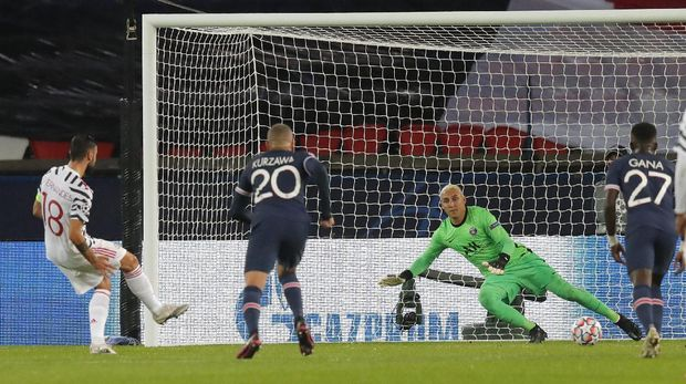 Manchester United's Bruno Fernandes scores his side's opening goal from the penalty spot during the Champions League group H soccer match between Paris Saint-Germain and Manchester United at the Parc des Princes in Paris, France, Tuesday, Oct. 20, 2020. (AP Photo/Michel Euler)