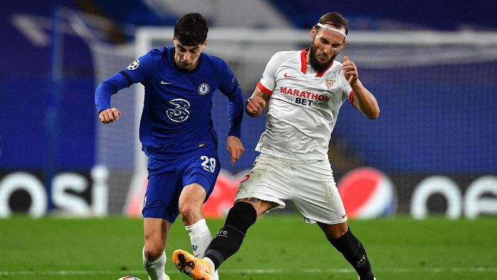 LONDON, ENGLAND - OCTOBER 20: Kai Havertz of Chelsea is challenged by Nemanja Gudelj of FC Sevilla during the UEFA Champions League Group E stage match between Chelsea FC and FC Sevilla at Stamford Bridge on October 20, 2020 in London, England. Sporting stadiums around the UK remain under strict restrictions due to the Coronavirus Pandemic as Government social distancing laws prohibit fans inside venues resulting in games being played behind closed doors. (Photo by Glyn Kirk - Pool/Getty Images)