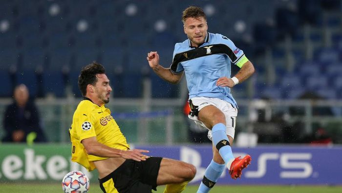 ROME, ITALY - OCTOBER 20: Mats Hummeles of Borussia Dortmund competes for the ball with Ciro Immobile of SS Lazio during the UEFA Champions League Group F stage match between SS Lazio and Borussia Dortmund at Stadio Olimpico on October 20, 2020 in Rome, Italy.  (Photo by Paolo Bruno/Getty Images)