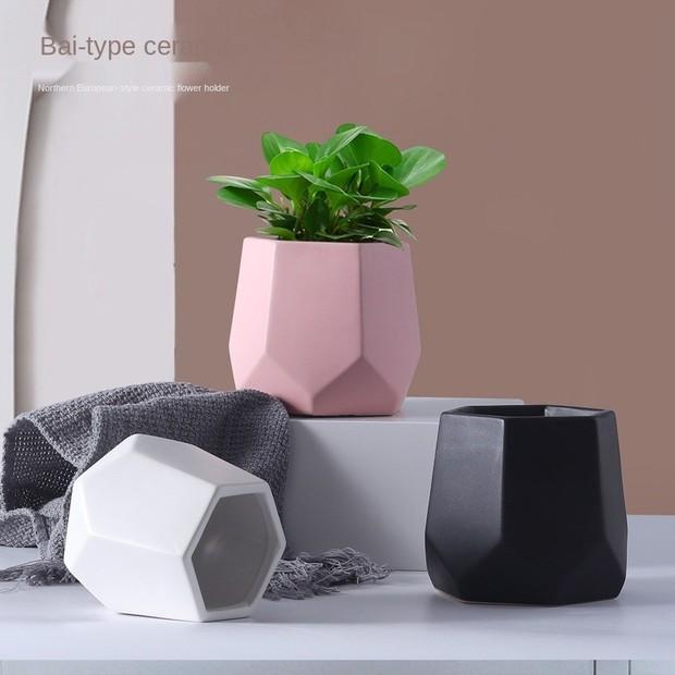 Kalau olshop yang satu ini menjual pot-pot keramik dengan berbagai desain dan warna yang estetik banget.