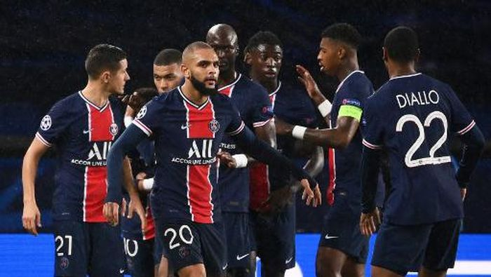 Paris Saint-Germains players celebrate after   Manchester scored an own goal  during the UEFA Europa League Group H first-leg football match between Paris Saint-Germain (PSG) and Manchester United at the Parc des Princes stadium in Paris on October 20, 2020. (Photo by FRANCK FIFE / AFP)