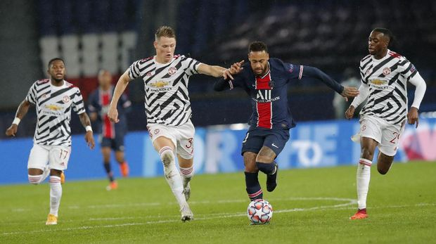 PSG's Neymar is challenged by Manchester United's Aaron Wan-Bissaka, right, and Scott McTominay during the Champions League group H soccer match between Paris Saint-Germain and Manchester United at the Parc des Princes in Paris, France, Tuesday, Oct. 20, 2020. (AP Photo/Michel Euler)