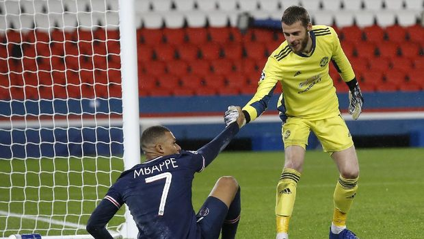 Manchester United's goalkeeper David de Gea helps PSG's Kylian Mbappe to his feet during the Champions League group H soccer match between Paris Saint-Germain and Manchester United at the Parc des Princes in Paris, France, Tuesday, Oct. 20, 2020. (AP Photo/Michel Euler)