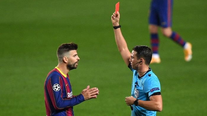 BARCELONA, SPAIN - OCTOBER 20: Gerard Pique of FC Barcelona is shown a red card during the UEFA Champions League Group G stage match between FC Barcelona and Ferencvaros Budapest at Camp Nou on October 20, 2020 in Barcelona, Spain. Sporting stadiums around Europe remain under strict restrictions due to the Coronavirus Pandemic as Government social distancing laws prohibit fans inside venues resulting in games being played behind closed doors. (Photo by Alex Caparros/Getty Images)