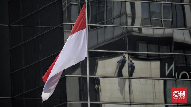 Pekerja membersihkan gedung di kawasan Thamrin, Jakarta, Rabu, 21 Oktober 2020. Berdasarkan data BPJamsostek, angka klaim kecelakaan kerja pada semester I 2020 dari Januari sampai Juni 2020 meningkat 128 persen atau naik dari sebelumnya 85.109 kasus menjadi 108.573 kasus. CNN Indonesia/ Adhi Wicaksono