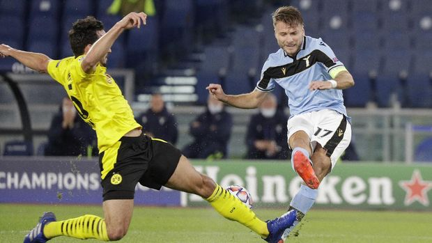 Dortmund's Thomas Delaney, left, challenges for the ball with Lazio's Ciro Immobile during the Champions League group F soccer match between Lazio and Borussia Dortmund at the Olympic stadium in Rome, Tuesday, Oct. 20, 2020. (AP Photo/Gregorio Borgia)