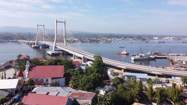 Foto udara Jembatan Teluk Kendari yang telah tuntas pembangunannya di Kendari, Sulawesi Tenggara, Rabu (21/10/2020). Presiden Joko Widodo rencananya akan meresmikan Jembatan Teluk Kendari sepanjang 1,34 Kilometer pada Kamis (22/10/2020). ANTARA FOTO/Jojon/wsj.