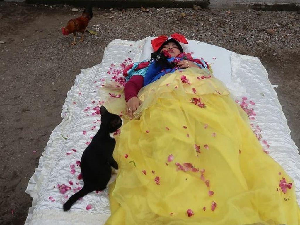 Kekeyi Jadi Putri Salju Menunggu Pangeran, Tidur Dikelilingi Ayam dan Kucing