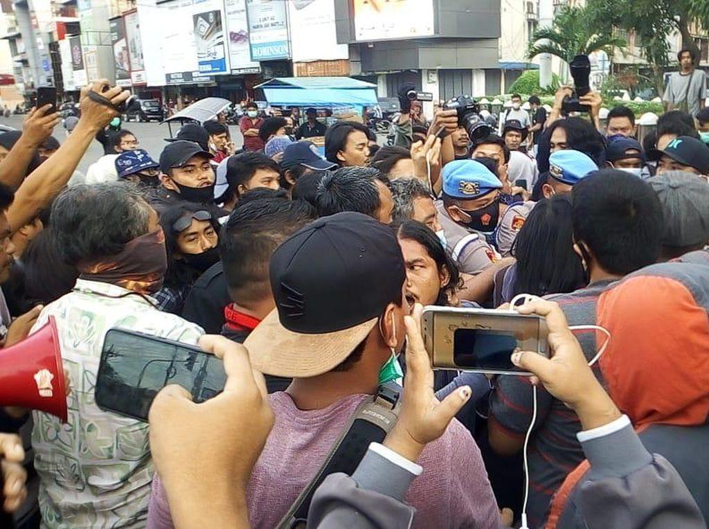Massa Demo Omnibus Law di Medan Protes Rekannya Diamankan, Keributan Terjadi