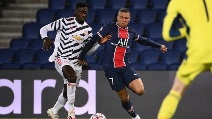 Paris Saint-Germains French forward Kylian Mbappe (R) vies for the ball with Manchester Uniteds English defender Axel Tuanzebe  during the UEFA Europa League Group H first-leg football match between Paris Saint-Germain (PSG) and Manchester United at the Parc des Princes stadium in Paris on October 20, 2020. (Photo by FRANCK FIFE / AFP)