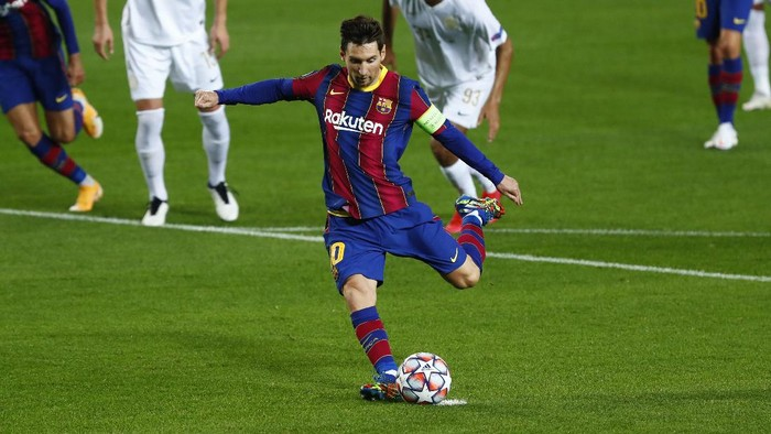 Barcelonas Lionel Messi scores a penalty during the Champions League group G soccer match between FC Barcelona and Ferencvaros at the Camp Nou stadium in Barcelona, Spain, Tuesday, Oct. 20, 2020. (AP Photo/Joan Monfort)