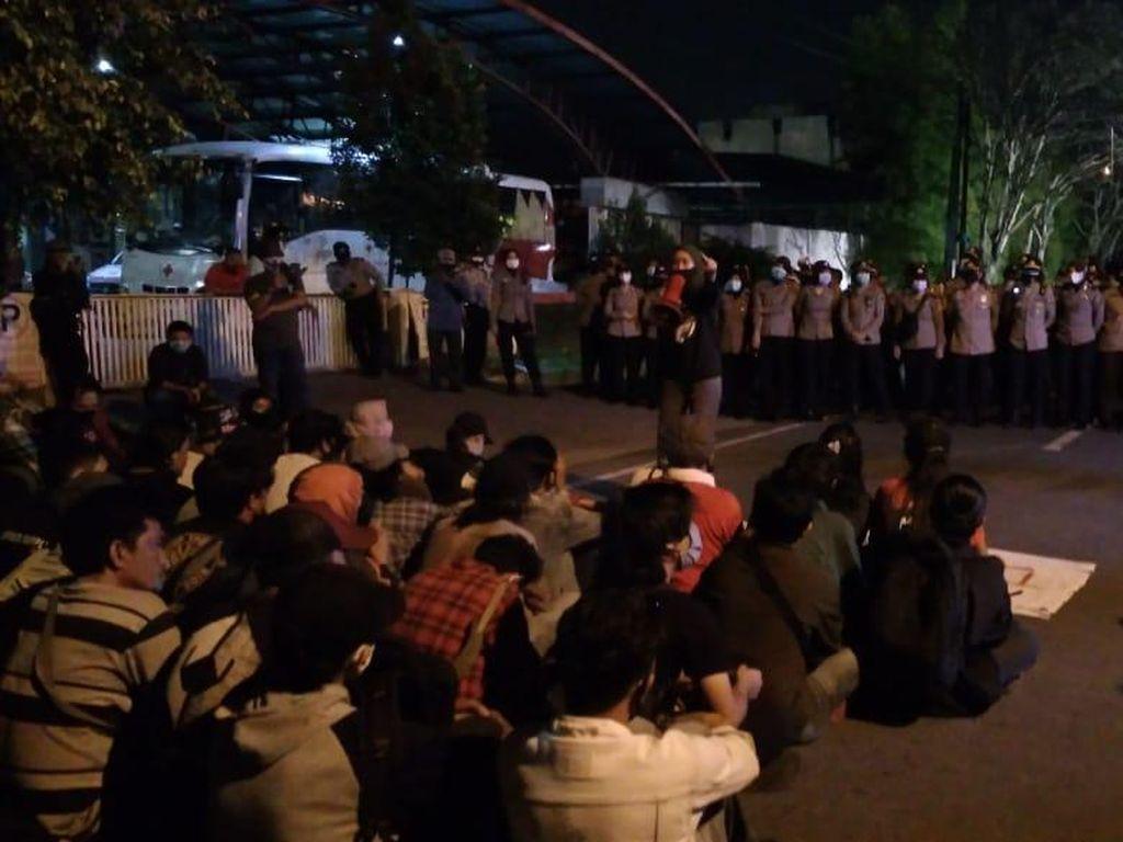 Rekan Dibebaskan, Massa Demo Omnibus Law Bubarkan Diri dari Polrestabes Medan