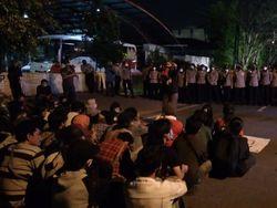 Minta Rekan Dibebaskan, Massa Tolak Omnibus Law Datangi Polrestabes Medan