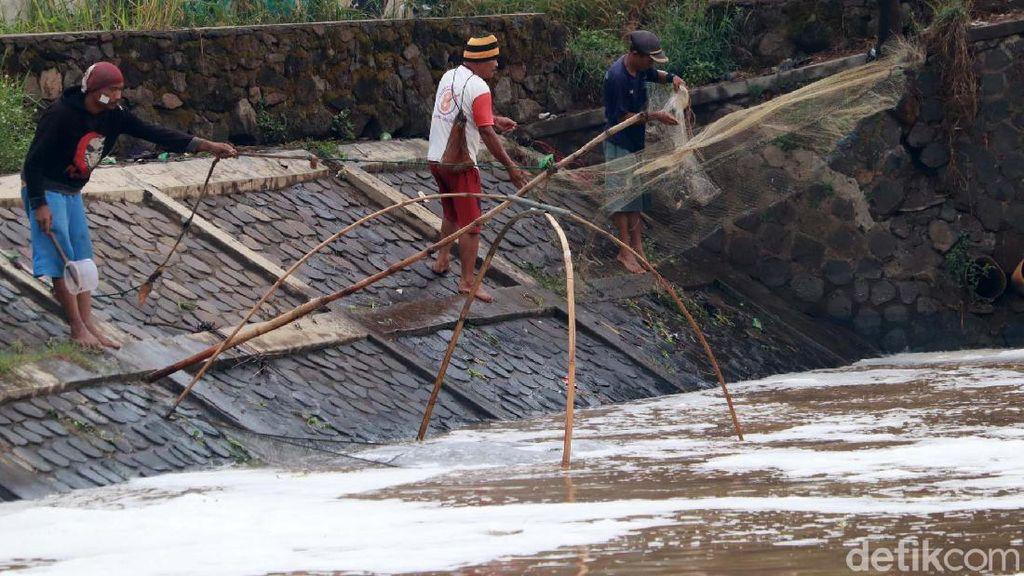 Musim Hujan, Berkah Bagi Penjala Ikan di Sungai Citarik